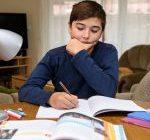 ۱۰ راهکار برای والدین در کمک به نوشتن تکالیف مدرسه